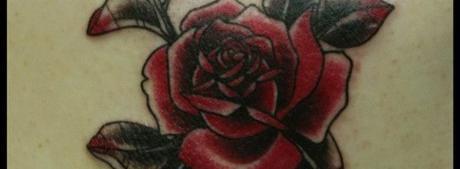Наколка розы на плече