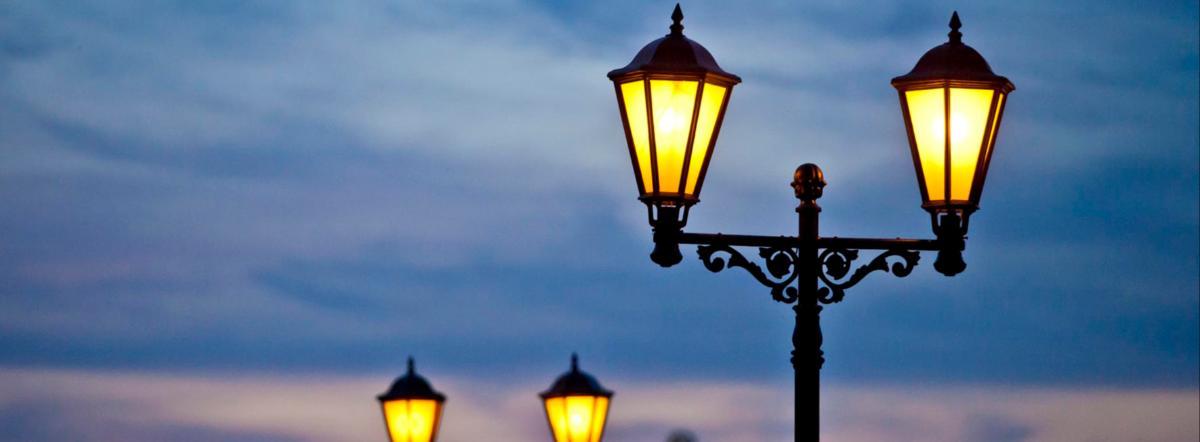 Город зажигает фонари