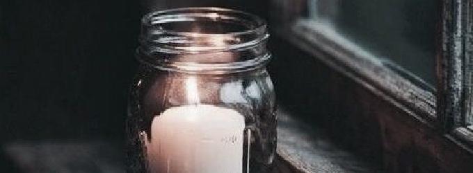 Догорает свеча на столе