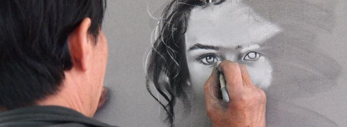 Он рисовал её портрет...