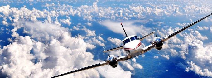 Разрезает небо самолет