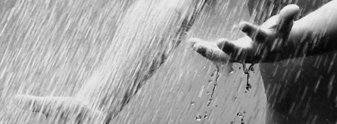 Дождями прольюсь на знакомые бледные руки...