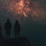 Звезды не гаснут на небе просторном.