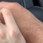 Ты сжимаешь руку так крепко