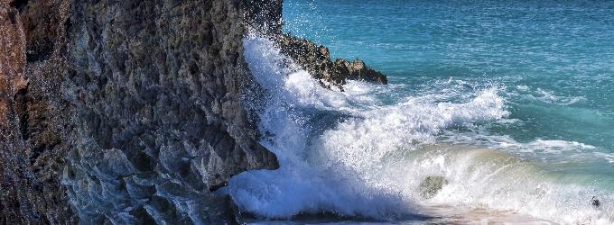 Даже море разбивается о скалы