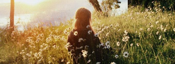 Мама в солнцем залитом поле